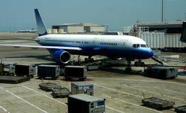 Avião de passagem na porta imagens de stock