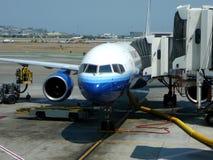 Avião de passagem na porta terminal foto de stock royalty free