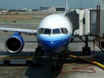Avião de passagem na porta terminal fotos de stock royalty free