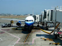 Avião de passagem na porta terminal imagens de stock royalty free