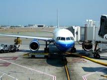 Avião de passagem na porta terminal foto de stock