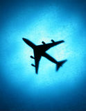 Avião de passagem no céu Fotos de Stock Royalty Free