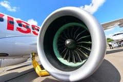 Avião de passagem novo da série C do bombardeiro de Swiss International Air Lines na exposição em Singapura Airshow Fotos de Stock