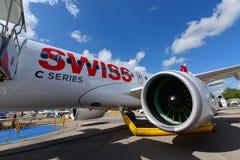 Avião de passagem novo da série C do bombardeiro de Swiss International Air Lines na exposição em Singapura Airshow Imagens de Stock
