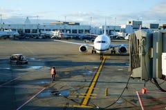 Avião de passagem que chega na porta Foto de Stock