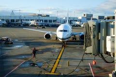 Avião de passagem que chega na porta Fotografia de Stock Royalty Free
