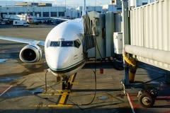 Avião de passagem que chega na porta Fotografia de Stock