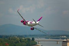 Avião de passe baixo em Budapest Imagens de Stock