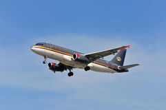 Avião de Royal Jordanian Airlines acima do aeroporto de Francoforte Fotografia de Stock Royalty Free