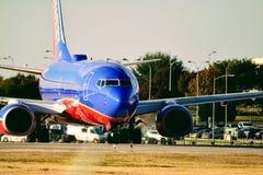 Avião de Southwest Airlines no taxiway que prepara-se para a decolagem imagem de stock