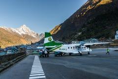 Avião de Tara Air no aeroporto de Lukla, Nepal Foto de Stock