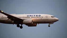 Avião de United Airlines Boeing que entra para uma aterrissagem imagem de stock