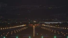 Avião a decolar do aeroporto na noite - vista traseira filme