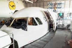 Avião desmontado para o reparo e a modernização no hangar do jato Foto de Stock Royalty Free