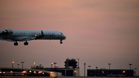 Avião do bombardeiro de American Airlines que entra para uma aterrissagem foto de stock royalty free