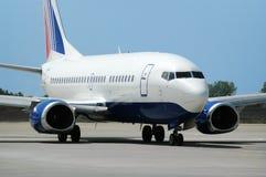 Avião do passageiro na pista de decolagem Imagem de Stock