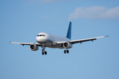 Avião do passageiro que entra para uma aterragem Fotografia de Stock Royalty Free