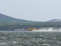 Avião do sapador-bombeiro, bombardeiro da água, tanque do ar que toma a água de t Fotografia de Stock