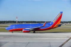 Avião A320 do sudoeste na pista de decolagem em um aeroporto internacional de Florida do sudoeste (R Imagem de Stock
