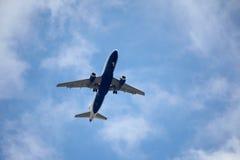 Avião do vôo no céu imagem de stock