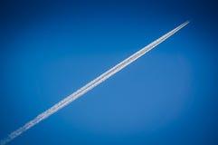 Avião do vôo no céu azul Foto de Stock