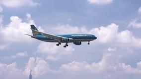 Avião do voo de Vietnam Airlines através do céu das nuvens para preparar-se à aterrissagem vídeos de arquivo