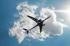 Avião do voo no céu azul foto de stock