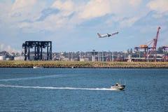 Avião e barco com complexo industrial, Austrália fotografia de stock royalty free