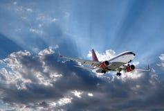 Avião e sol atrás Fotografia de Stock Royalty Free