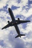 Avião em um fundo nebuloso imagem de stock