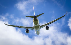 Avião em voo Imagens de Stock Royalty Free