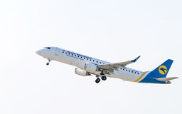 Avião Embraer no céu Imagens de Stock Royalty Free