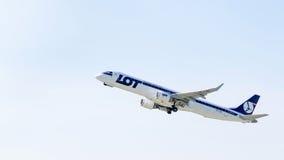 Avião Embraer no céu Fotos de Stock