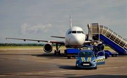 Avião entrado em uma pista de decolagem Imagens de Stock