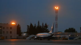Avião estacionado no amanhecer vídeos de arquivo