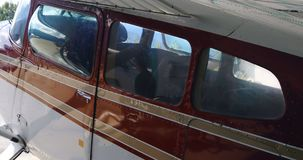 Avião estacionado no hangar aeroespacial 4k vídeos de arquivo