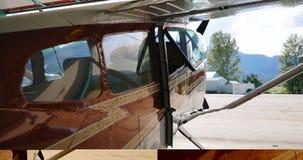 Avião estacionado no hangar aeroespacial 4k video estoque