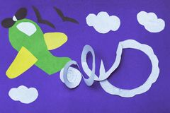 Avião feito a mão no papel violeta Conceito de DIY Arte finala mais amável da criança fotos de stock royalty free