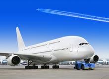 Avião grande do passageiro no aeroporto Imagem de Stock Royalty Free