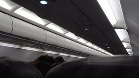Avião interno durante o voo de noite vídeos de arquivo