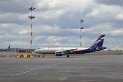 Avião Khabarov de Airbus A320 (VP-BZP) Aeroflot antes da partida Aeroporto de Sheremetyevo Foto de Stock Royalty Free