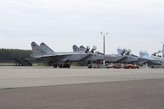 Avião militar na pista de decolagem do aeródromo foto de stock