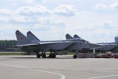Avião militar na pista de decolagem do aeródromo foto de stock royalty free