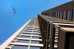Avião moderno das construções/Skyscrapers/do negócio imagem de stock royalty free