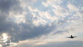 Avião na aterrissagem do céu video estoque