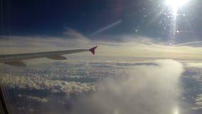 Avião na estratosfera, nuvens da altura do máximo abaixo do voo do sol filme