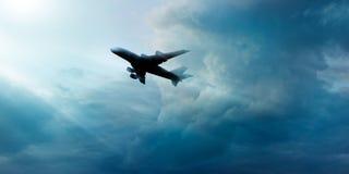 Avião na obscuridade - céu azul com o nebuloso no fundo do nascer do sol fotos de stock royalty free