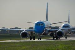 Avião na pista de decolagem Fotografia de Stock