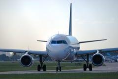Avião na pista de decolagem Imagem de Stock