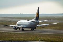 Avião na pista de decolagem da parte traseira Imagem de Stock